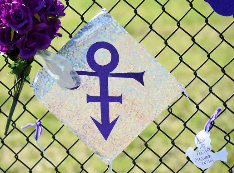 Au cœur de cette dispute, des revenus potentiellement très juteux. Les ventes de Prince ont explosé après sa mort : c'est l'artiste qui a vendu le plus de disques en 2016, tous albums confondus, selon la société Nielsen Music, avec 2,23 millions d'albums aux Etats-Unis, devant la Britannique Adele et ses 2,21 millions de disques pour « 25 ».