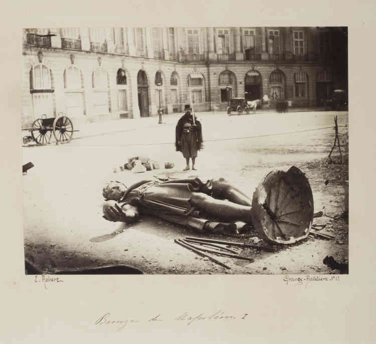 """«Un décret de la Commune du 12 avril 1871 ordonne la démolition, opérée le 16 mai, de la colonne Vendôme, """"insulte permanente des vainqueurs aux vaincus, attentat perpétuel à l'un des trois grands principes de la République française, la Fraternité"""". Bien que non signataire du décret, Gustave Courbet est accusé d'en être responsable.»"""