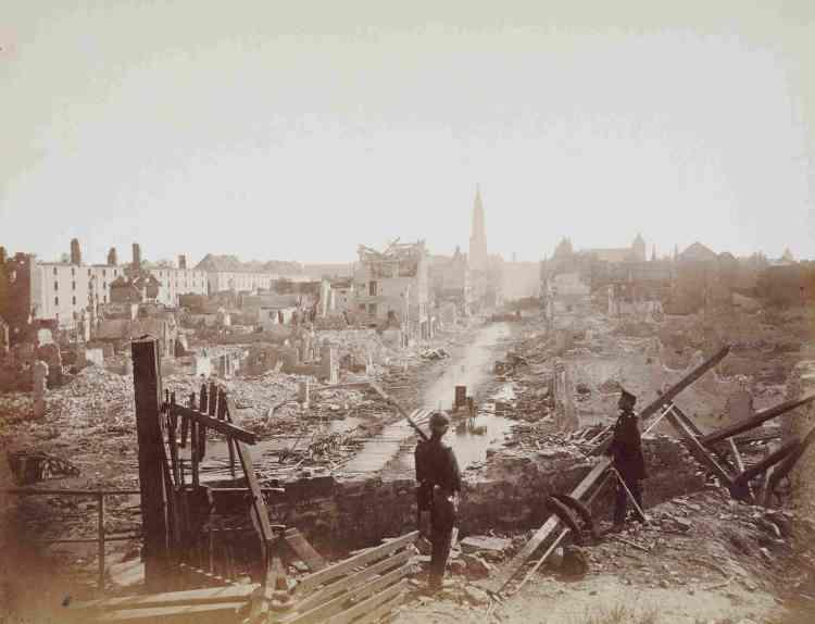 «En 1870, la ville de Strasbourg est assiégée et bombardée par les troupes allemandes. Après 46 jours de siège, le bilan est lourd : près de 300 morts, plus de 1000 blessés et un tiers de la ville détruit. Les photographes allemands et français, tel Charles Winter, s'emparent du motif des ruines. »