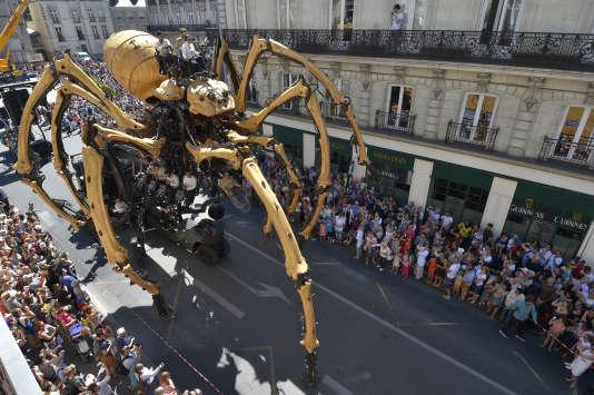 Kumo, une araignée mécanique de bois et métal, une des attractions des « Machines de L'Ile»présentée dans les rues de Nantes, le 8 juillet 2016.