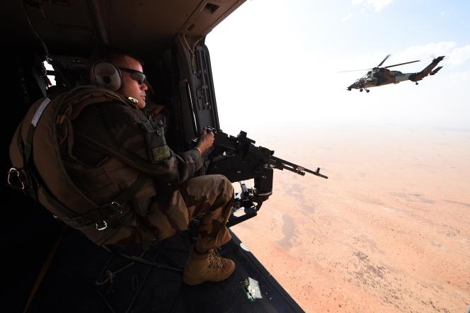 Un soldat français de l'opération Barkhane, lors d'une patrouille en hélicoptère, le 12 mars 2016 au Mali.