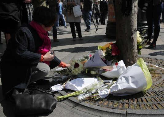 Des fleurs sont déposées à l'endroit où a été tué un policier, jeudi soir 20 avril sur les Champs-Elysées à Paris.