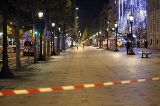 Sur les Champs-Elysées, jeudi 20 avril.