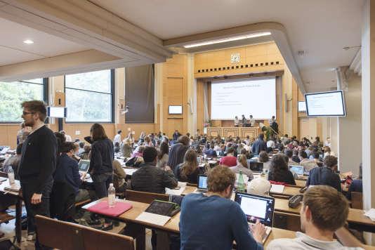 Etudiants dans l'amphithéâtre Emile Boutmy, à Sciences Po Paris.