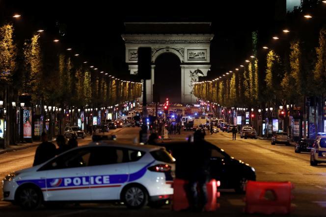 Les Champs-Elysées ont été bloqués, jeudi 20 avril, après l'attaque visant des policiers.