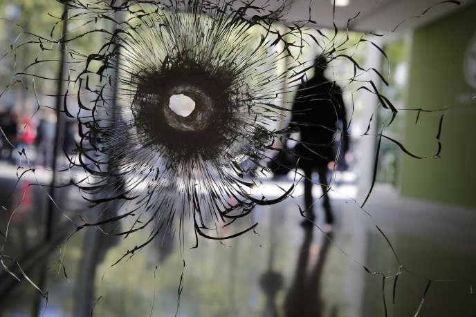 Dans une vitrine des Champs-Elysées après l'attaque terroriste de jeudi 20 avril.