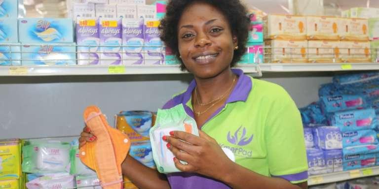 Pélagie Atsama, vendeuse de serviettes FAM, note que «les clientes préfèrent encore les jetables».