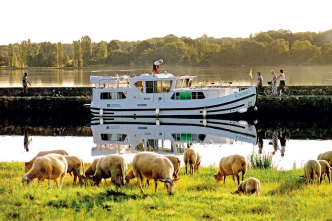 Une pénichette Locaboat devant les étangs de Baye et Vaux, au sud deCorbigny, dans la Nièvre.