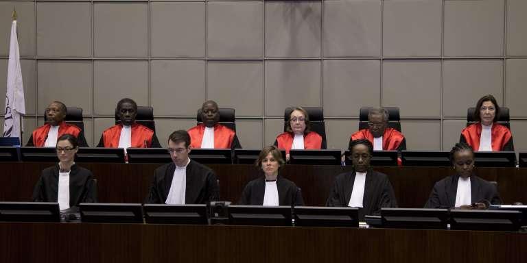 Les juges de la Cour spéciale de Leidschendam, à l'ouverturedu procès de Charles Taylor, le 22 janvier 2013.
