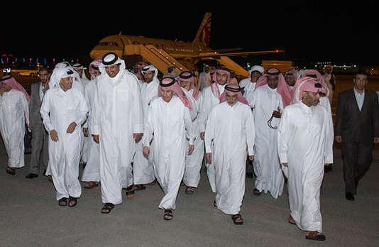 Les 26otages ont été accueillis par l'émir du Qatar, Tamim Ben Hamad Al-Thani (deuxième à gauche), à l'aéroport de Doha, vendredi 21avril.