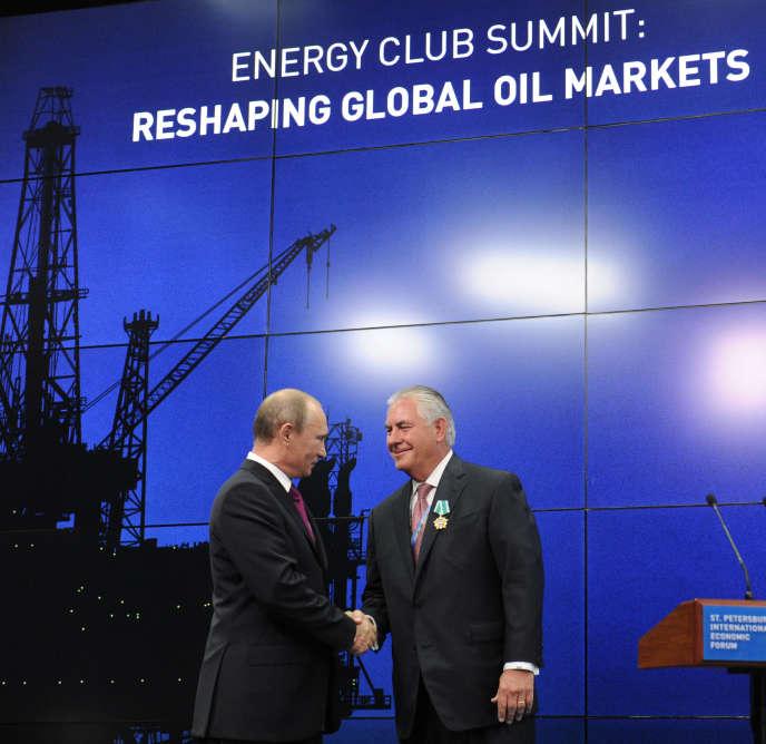 Rex W. Tillerson (alors PDG d'ExxonMobil) récompensé par le président russe Vladimir Poutine le 13 décembre 2016,à Saint-Pétersbourg.