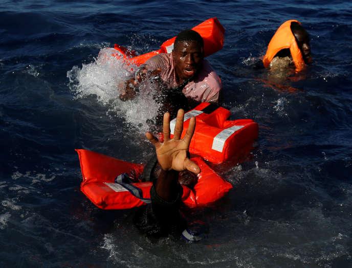 Intervention des sauveteurs de l'ONGMOASenMéditerranée, le 16 avril.