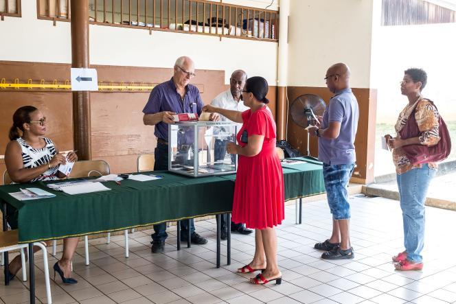 Dans un bureau de vote à Remire Montjoly, en Guyane, le 22 avril.