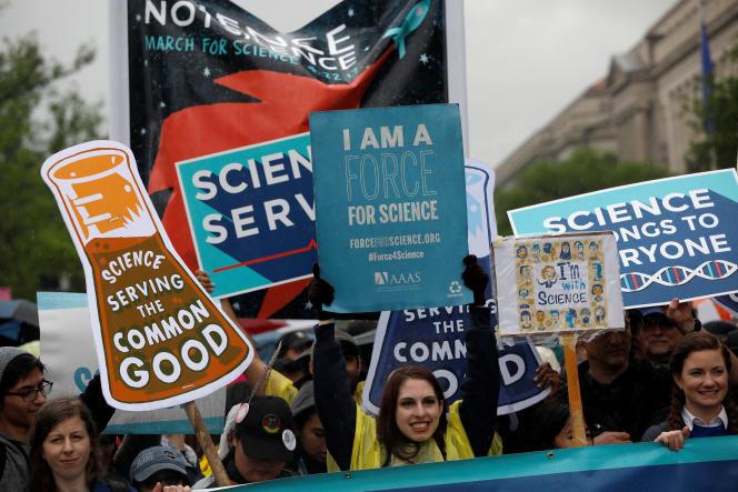 Des participants à une Marche pour la science, à Washington, le 22 avril 2017.