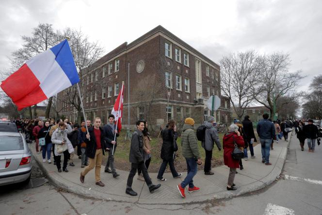 La file d'attente pour aller voter au collège Stanislas de Montréal (Canada), le 22 avril.