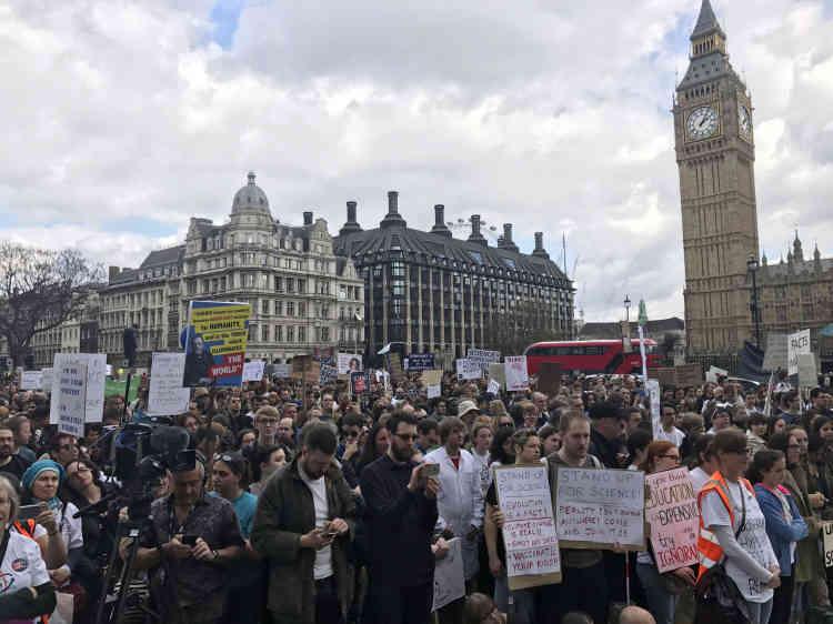 Devant le Parlement à Londres (Royaume-Uni).