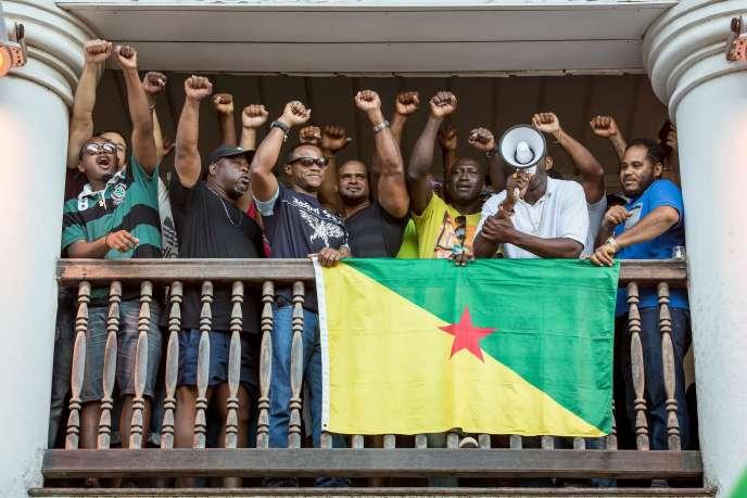 Annonce par les représentants du collectif «Les 500 frères» dela signature de l'accord de fin de conflit à Cayenne, le 21 avril.