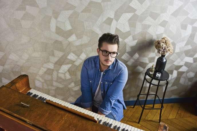 Olympe au piano.