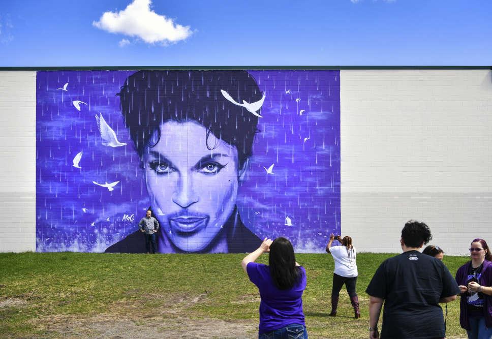 Les ponts, stades et autres monuments emblématiques de Minneapolis vont se teinter de violet jusqu'à dimanche en la mémoire de son «fils prodige», qui vivait toujours dans sa ville natale du Minnesota, dans le nord des Etats-Unis.