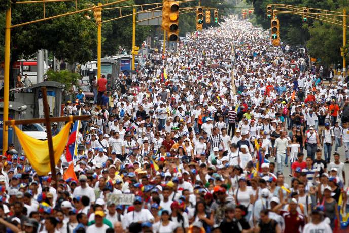 Manifestation en hommage aux vingt personnes mortes en trois semaines de manifestations en faveur d'élections anticipées,à Caracas, le 22 avril 2017.