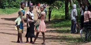 Des jeunes filles del'école catholique Namulenga, non loin de laquelle Esitele Paulo coorganise les camps d'initiation sexuelle, le 23 janvier 2017.