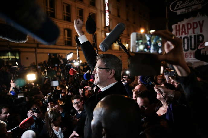 Jean-Luc Mélenchonremercie ses partisans à l'extérieur du Belushi's à Paris, le 23 avril.