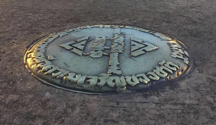 La petite plaque en bronze de commémoration la révolution de 1932, installée près du palais royal à Bangkok, a disparu mi-avril.