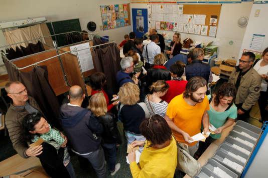 Dimanche 23avril, dans un bureau de vote à Marseille.