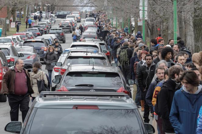 A Montréal, samedi, il fallait faire plusieurs heures de queue avant d'accéder au bureau de vote.