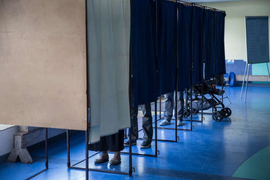 Bureau de vote à Hénin-Beaumont, le 23 avril.