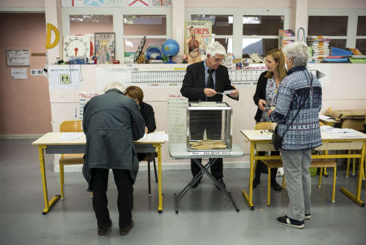 Bureau de vote à l'école Bayard à Toulouse, le 23 avril.