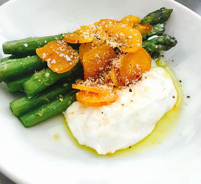 Asperges au yaourt grec et copeaux de poutargue.