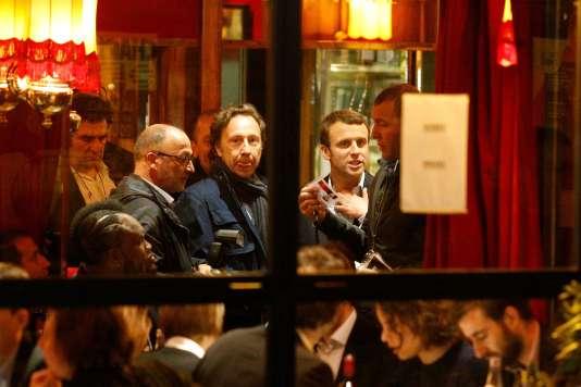Emmanuel Macron, le soir du premier tour de l'élection présidentielle, à la brasserie La Rotonde, à Paris.