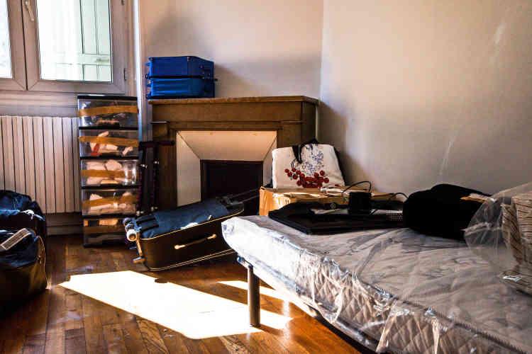 Dans l'une des deux chambres, les affaires fraîchement transportées attendent d'être rangées.
