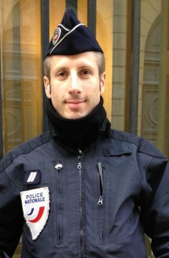 Xavier Jugelé avait notamment participé à des missions au profit de Frontex, l'Agence de surveillance des frontières européennes, en Grèce pour gérer l'afflux de migrants.