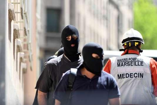 Des membres de la police judiciaire lors de l'arrestation à Marseille de deux hommes suspectés de préparer un attentat, le 18avril.