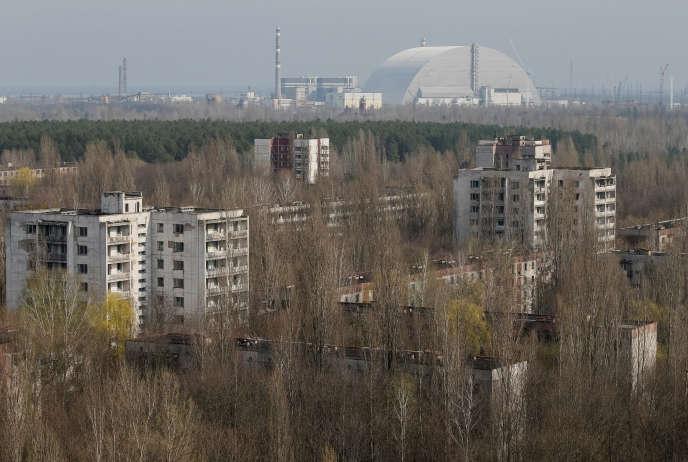 La nouvelle arche de confinement posée sur le réacteur accidenté, vue de la ville abandonnée de Pripiat, le 5 avril.