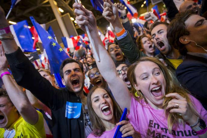 Chez les supporters d'Emmanuel Macron après les résultats du premier tour de l'élection présidentielle à la Porte de Versailles à Paris.