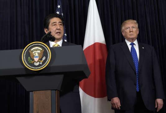 Le président Donald Trump écoute le premier ministre japonais Shinzo Abe à Mar-a-Lago, en Floride, le 11 février.