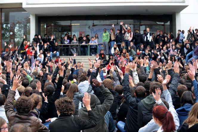 Des étudiants de l'université de Nantes votent lors d'une assemblée générale pour reconduire un blocage en réponse à la réforme des retraites, le 19 octobre 2010.