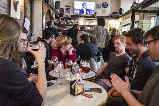 Déception chez des supporters lillois de Jean-Luc Mélenchon, à l'annonce des résultats du premier tour de la présidentielle, dimanche23avril.