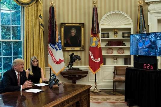 Lors de cette conversation en direct, Donald Trump était assis dans le bureau Ovale aux côtés de sa fille Ivanka et de l'astronaute Kate Rubins, revenue d'une mission dans l'ISS.