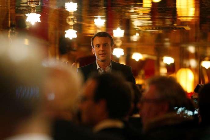 Emmanuel Macron au restaurant La Rotonde, à Paris, le 23 avril, au soir du premier tour de l'élection présidentielle.