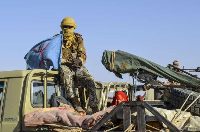 Un soldat du Gatia (Groupe d'autodéfense touareg imghad et allié), un mouvement de la coalition progouvernementale, le 19 avril près de Gao (Mali).