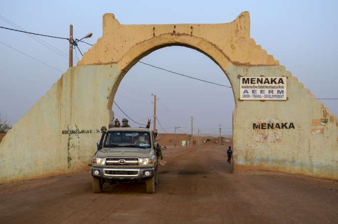 Des groupes armés progouvernementaux à Menaka, dans le district de Gao au Mali, le 19 avril 2017.