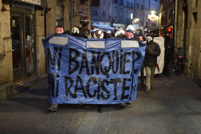 Environ 300 personnes ont manifesté à Nantes, après les résulats du vote de dimanche 23 avril, derrière une banderole proclamant« Ni banquier, ni raciste».