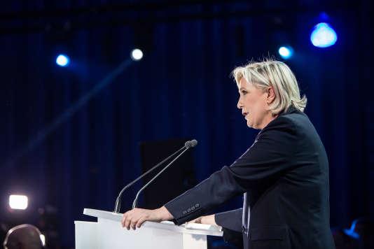 Marine Le Pen prend la parole après l'annonce des estimations du premier tour à Hénin-Beaumont, le 23 avril.