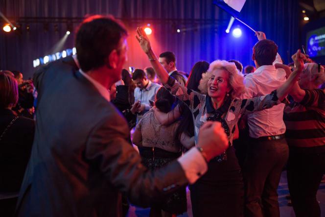 Sympatisants de Marine Le Pen après l'annonce des résultats du premier tour à l'espace François Mitterrand de Hénin-Beaumont (Pas-de-Calais) le 23 avril.