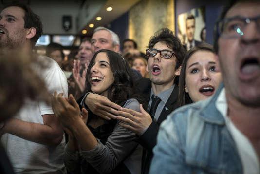"""«Dans la campagne présidentielle 2017, les jeunes militants sont une ressource précieuse pour les candidats. Etudiants, apprentis ou jeunes travailleurs, ils sont majoritairement âgés de moins de 30 ans. Derrière chaque candidat, dans une myriade de mouvements """"Les Jeunes avec""""ou dans les mouvements des partis, ils y consacrent quelques heures par semaine, voire davantage pour les plus investis». (Photo : Ambiance de fête auQG des militants toulousains du mouvement En Marche! après l'annonce des résultats du premier tour de l'élection présidentielle)."""