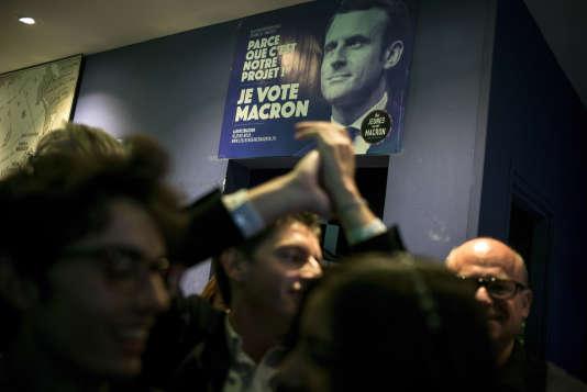 A Toulouse, dans le bar Le JGO, le QG des militants du mouvement En marche !, à l'annonce du résultat du premier tour, le 23 avril.